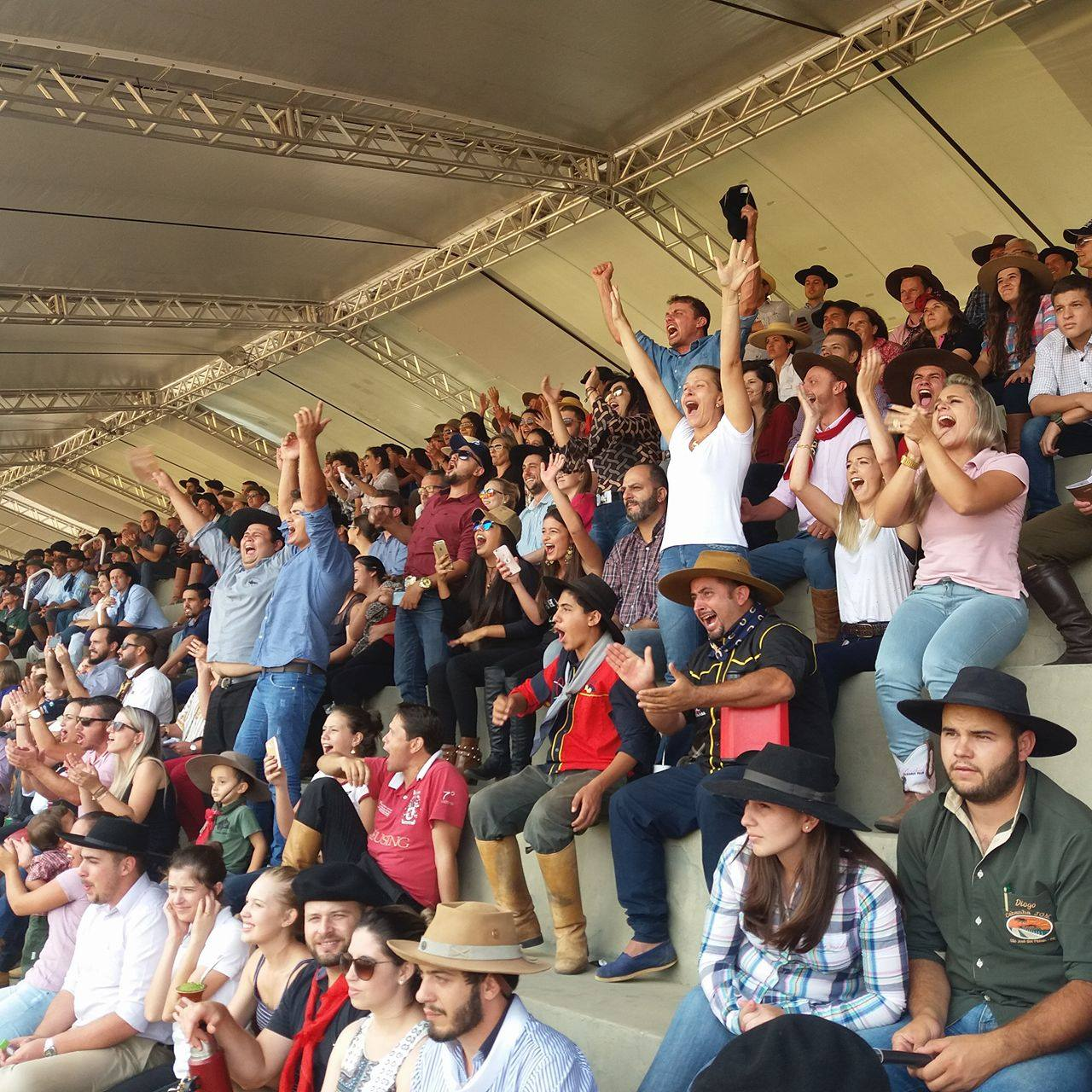 Público vibrou com o desempenho dos conjuntos em pista