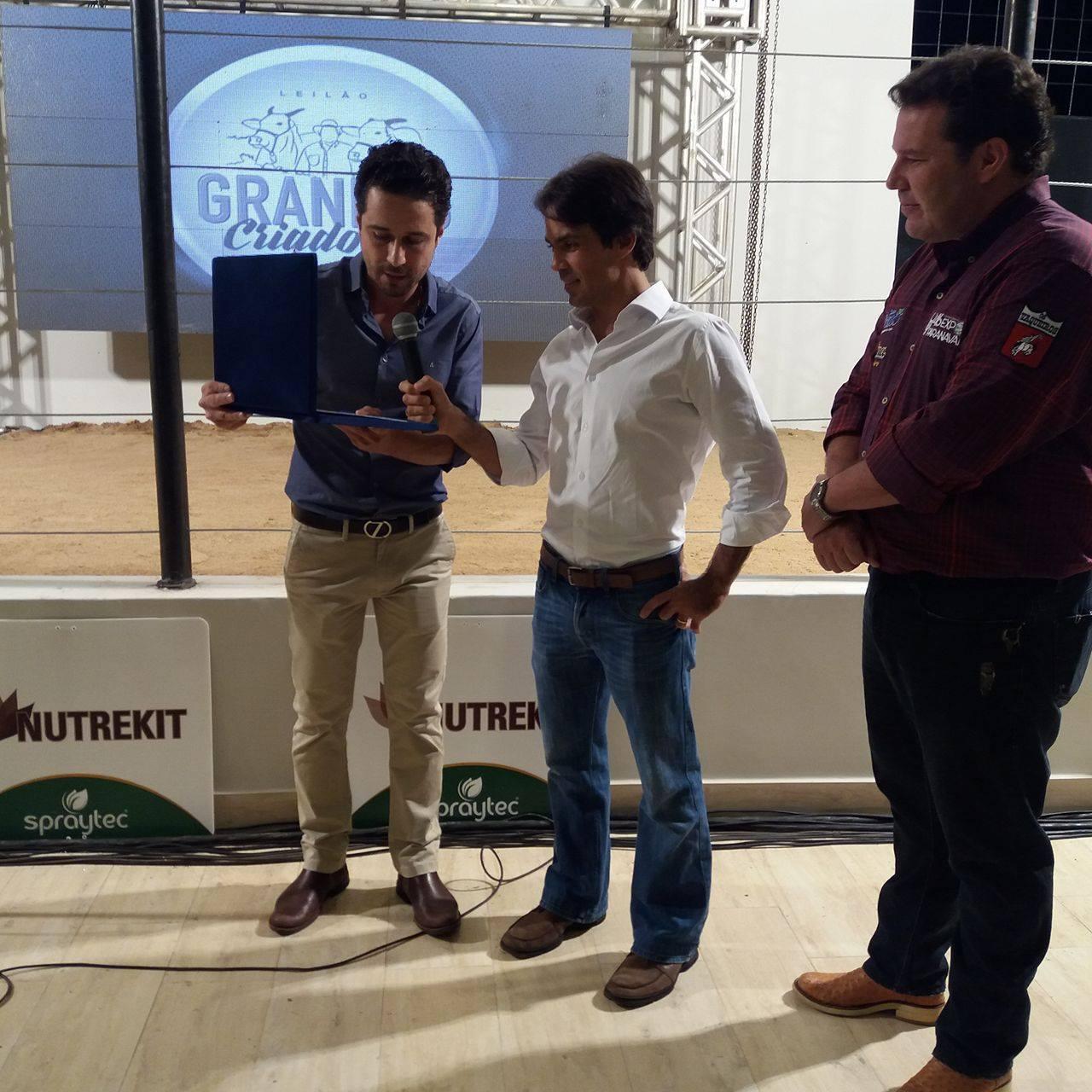 Raphael Zoller e Tonico Grisi (de branco), na entrega da placa em homenagem ao saudoso Antonio Grisi Filho