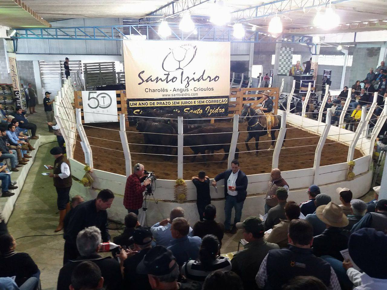 Público lotou o recinto de leilões da UFSM