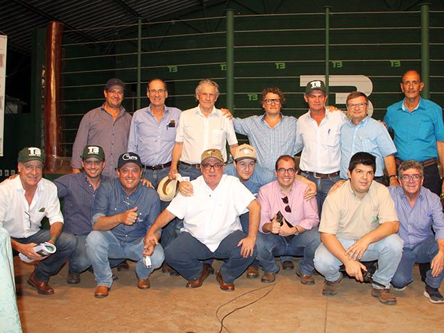 0f03ead0ddf Equipes da Fazenda Terra Boa e Central Leilões – Foto  Mauricio Fenelon